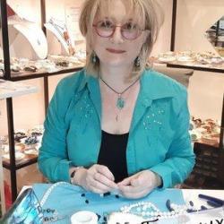 Nathalie fourmaux creatrice des bijoux bien etre et lithotherapeute