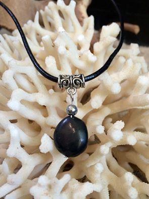 TRÈS RARE...Pendentif avec belière argentée en MAGNETITE (pierre d'aimant et d'attirance) POLIE  (vendu sans cordon)