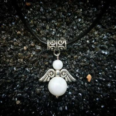 Pendentif petit ange protecteur avec pierres naturelles au choix (vendu avec cordon cuir)