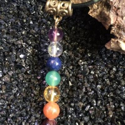 PENDENTIF 7 CHAKRAS... fait main dans l' ordre des chakras en PERLES NATURELLES. SANS CORDON