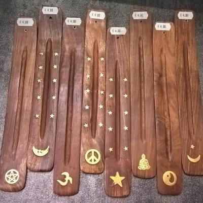 Porte encens plat en bois avec symbole de protection
